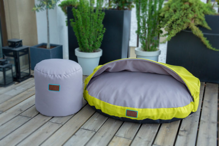 snuggle-dreamer-outdoor-hundehoehle_kokolores-lime-grey-hocker-siton-grey